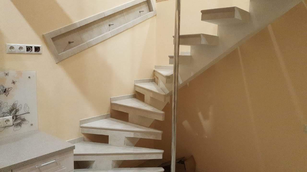 Винтовая бетонная лестница с шестом
