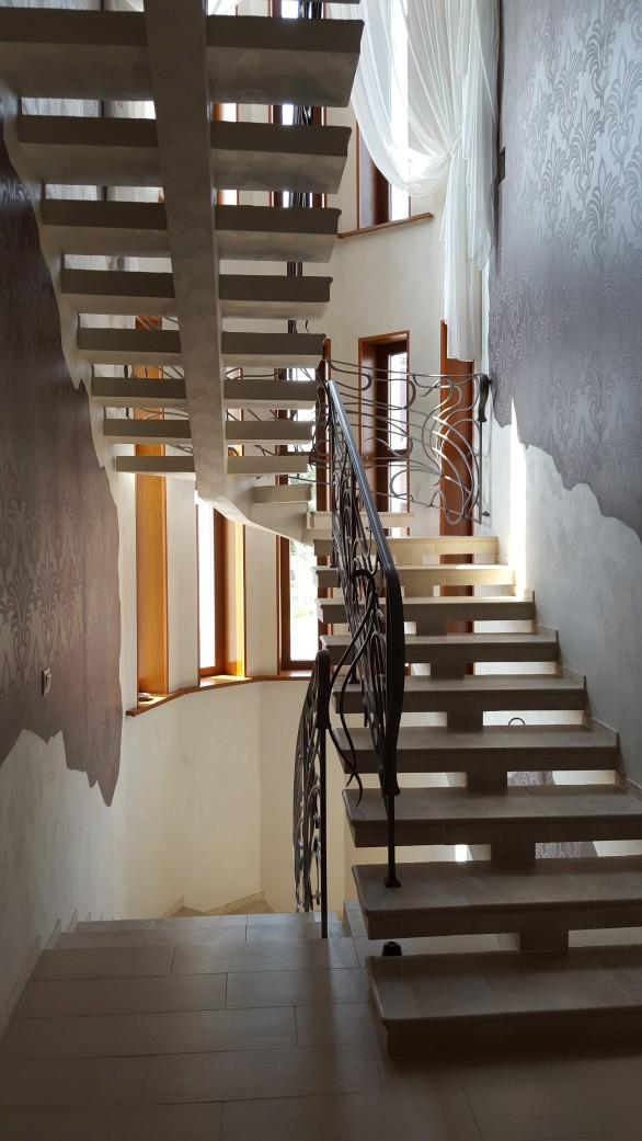 П образная лестница на монокосоуре